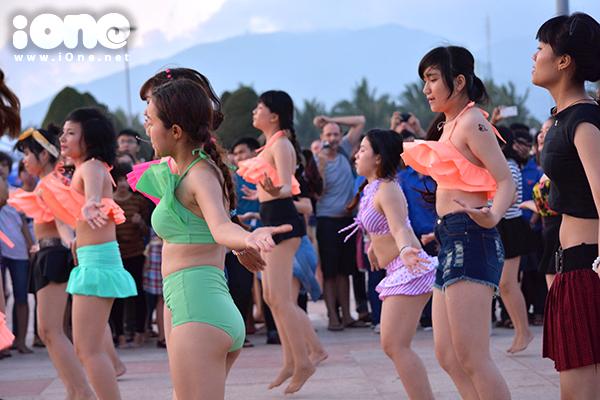Bạn trẻ nhảy flashmob trên nền một số bản nhạc Việt, hòa trộn cùng nhạc quốc tế.