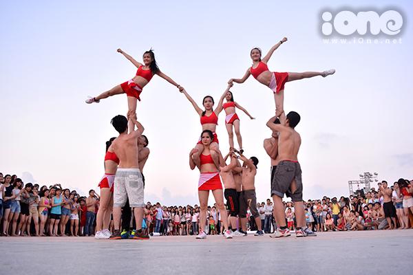 Một màn tạo hình đẹp mắt của nhóm bạn cheerleading.