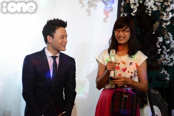 Hồng Đăng cũng giới thiệu và ra mắt câu lạc bộ từ thiện nụ cười ấm do anh thành lập vào tháng 3/2015.
