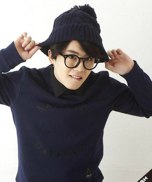 Tae Il (Block B) cao 1m67, bị xếp vào hàng thấp nhất Kpop. Tuy không phải thành viên có   ngoại hình nổi bật nhưng Tae Il là giọng ca chính của Block B, chinh phục khán giả bằng giọng   hát của mình.