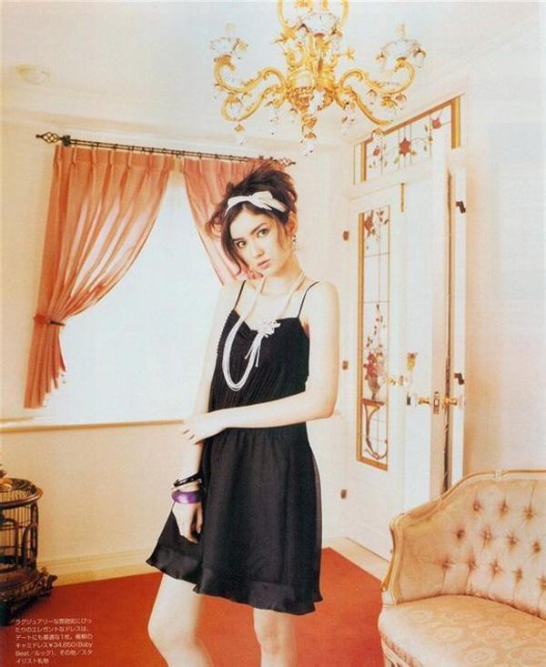"""Vẻ đẹp ấn tượng giúp Saya không chỉ xuất hiện dày đặc trên các tạp chí teen, """"bành trướng"""" tên tuổi khắp Nhật Bản và các nước lân cận, mà còn là gương mặt trang bìa được yêu thích của các tạp chí đàn ông với những shoot hình theo phong cách gợi cảm, e ấp."""