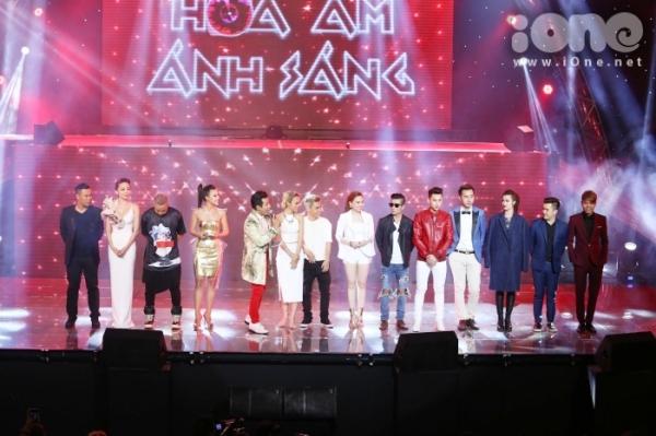 Gala chung kết chương trình The Remix 2015 vừa khép lại vào tối 3/5. Trong liveshow chung kết trước đó, đội Isaac và Tóc Tiên đều nhận 39,5 điểm, riêng đội Đông Nhi, Giang Hồng Ngọc dẫn đầu với 40 điểm tròn vẹn.