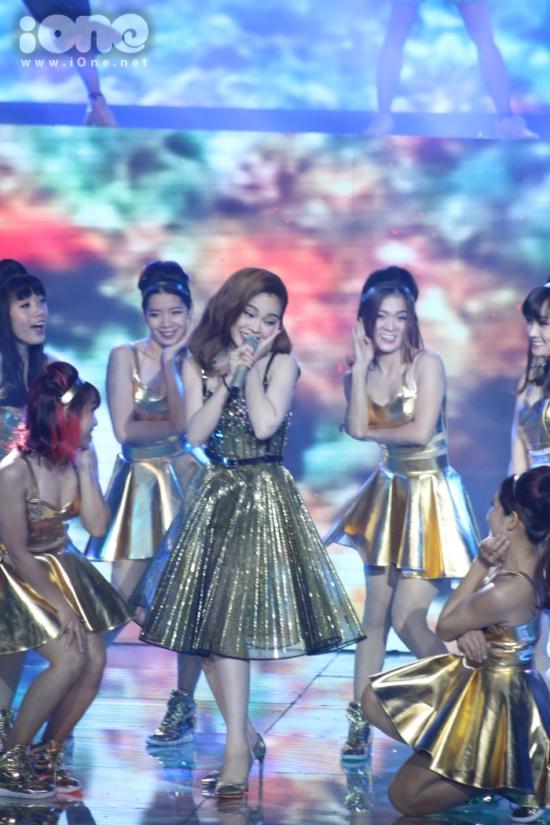 Trước khi công bố kết quả,Đông Nhi, Isaac và Giang Hồng Ngọc kết hợp trong liên khúc gồm cả sáng tác nhạc Việt và Anh 'Vì ai vì anh, My everything, Cherry cherry Lady'.