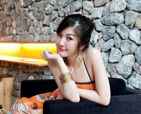 Với ngoại hình xinh đẹp nổi bật, cô gái trẻ người Thái này hiện đang rất thành công trong vai trò mẫu ảnh, diễn viên, MC truyền hình, kinh doanh mỹ phẩm, gương mặt đại diện cho các nhãn hàng tại Thái...