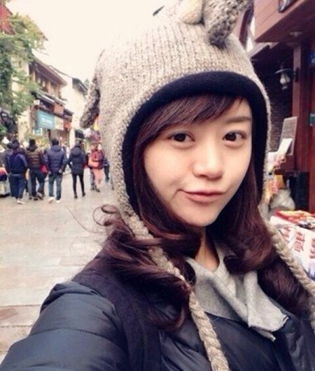 Bên cạnh đó, nữ thạc sỹ Zhu Jing còn thực sự chinh phục dân mạng bằng vẻ ngoài xinh xắn, tươi trẻ và tràn đầy sức sống.