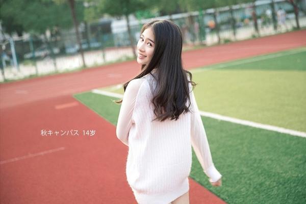 Mới đây, một bộ ảnh thiếu nữ đi dạo trong sân trường của nhiếp ảnh gia người Nhật được   chia sẻ trên nhiều trang mạng Trung Quốc với nhiều nhận xét trái chiều.