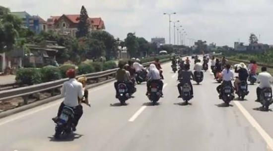Video được ghi ngày 1/5 đoạn gần Hải Dương, những thanh niên này còn có hành động trêu tức các phương tiện trên đường khi liên tục lạng lách, đánh võng, tạt đầu xe khách với tốc độ chậm khiến các xe này không thể vượt qua