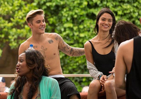 Justin ngực trần phóng khoáng, cười đùa thả ga bên cô bạn người mẫu.