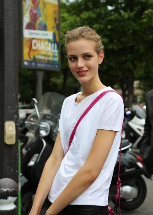Esther được phát hiện năm 2011, khi mới 15 tuổi. Cô nàng đang đi mua giày ở Hamburg và   được một người hỏi có muốn thử làm mẫu không.