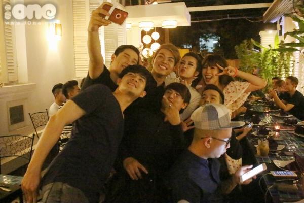 Nữ ca sĩ nhí nhảnh chụp ảnh cùng ekip.