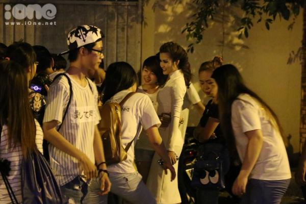 Nữ ca sĩ cùng fans di chuyển đến một nhà hàng tại quận 3 để tổ chức tiệc ăn mừng sau khi đăng quang.