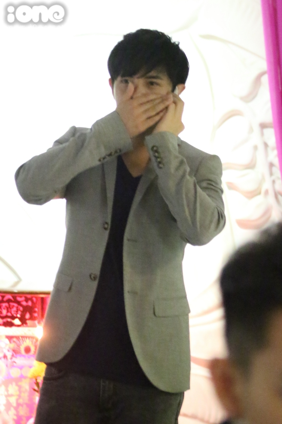 Ông Cao Thắng liên tục bận rộn với chiếc điện thoại trong khi bạn gái chụp ảnh cùng người hâm mộ