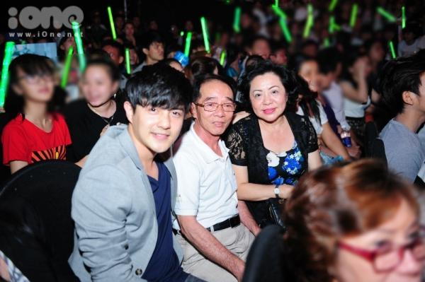 Tối ngày 3/5, Ông Cao Thắng tháp tùng bố mẹ của mình đến ủng hộ tinh thần cho bạn gái Đông Nhi.