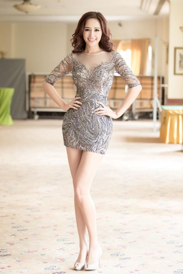 Sáng 5/5, Mai Phương Thúy tham gia buổi họp báo công bố cuộc thi Hoa hậu Hoàn vũ Việt Nam 2015. Người đẹp ghi điểm với chiếc váy ngắn gợi cảm, đính đá tỉ mỉ donhà thiết kế Hoàng Hải thực hiện.