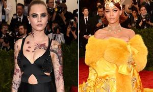 Cara 'xăm trổ' đầy mình, Rihanna váy cồng kềnh như khoác chăn
