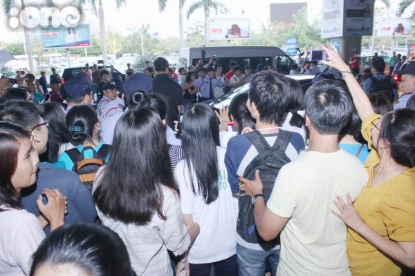 Fans vây quanh xe khiến việc di chuyển của nữ ca sĩ khá vất vả.