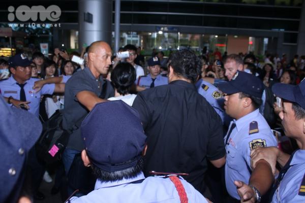Dù không thông báo rộng rãi lịch trình đến Việt Nam, thế nhưng, rất nhiều fans hâm mộ đã có mặt tại sân bay.,