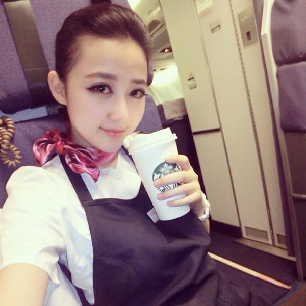 """Mới đây, cộng đồng mạng Trung Quốc truyền tay nhau loạt hình của một nữ tiếp viên hàng   không xinh đẹp ở Thượng Hải. Cô gái tên Luna Xuan, được nhiều cư dân mạng và diễn   đàn ca ngợi là """"nữ tiếp viên hàng không đẹp nhất Trung Quốc""""."""