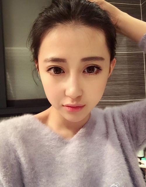 Bên cạnh những lời khen, một số cư dân mạng tỏ ý nghi ngờ không biết Luna Xuan có   xinh đẹp thật không nếu bỏ lớp trang điểm.