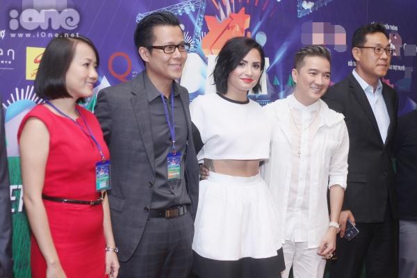 Demi Lovato chụp ảnh cùng cách khách mời.