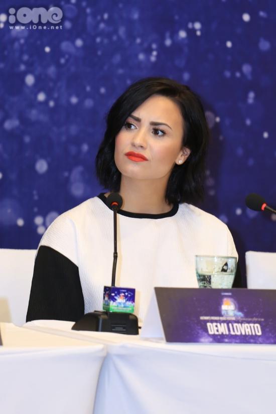 Khi được đại diện BTC hỏi về những chuyện xảy ra trong quá khứ và vượt qua nó như thế nào. Demi Lovato khá bất ngờ và thể hiện gương mặt khá khó chịu khi nhận được câu hỏi nhạy cảm. Nữ ca sĩ thẳng thắng cho biết cô mng mọi người hãy quan tâm đến phần trình diễn của cô.