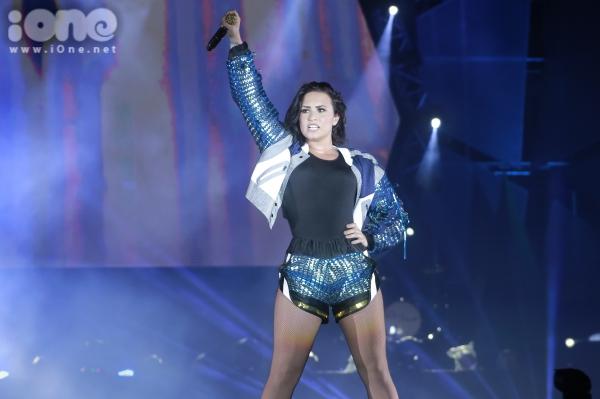 Tối ngày 9/5, Demi Lovato cùng ban nhạc của mình đã khiến cả sân vận động Phú Thọ bùng nổ trong không gian âm nhạc