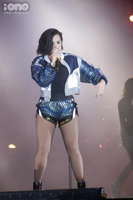 Chứng tỏ bản lĩnh chuyên nghiệp của mình, Demi Lovato vẫn cố gắng hát cực to trên sân khấu dưới sự cổ vũ cuồng nhiệt từ người hâm mộ.