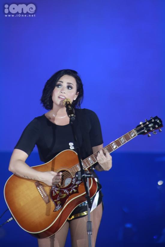 Giây phút nữ ca sĩ cất tiếng hát trong ca khúc Let it go, hàng nghìn khán giả cùng hòa giọng khiến nữ ca sĩ vô cùng xúc động.