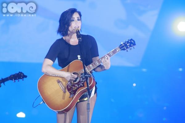 Demi Lovato không thể giấu cảm xúc của mình khi nhìn thấy sự cổ vũ nhiệt tình từ khán giả, bản thân cô cũng không tin được rằng mình sẽ được chào đón nồng nhiệt tại Việt Nam như vậy.