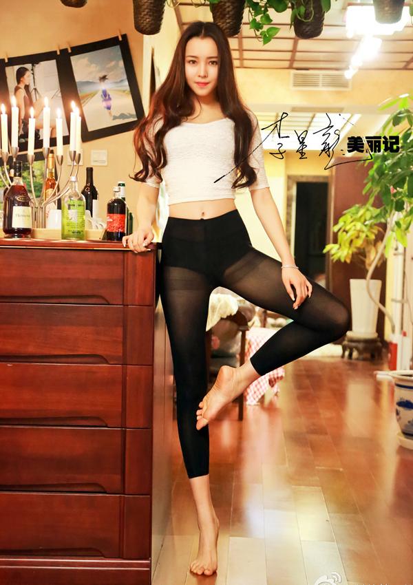Nữ sinh thể dục đang gây sốt trong cộng đồng mạng Trung Quốc với loạt hình khoe dáng tuyệt đẹp.