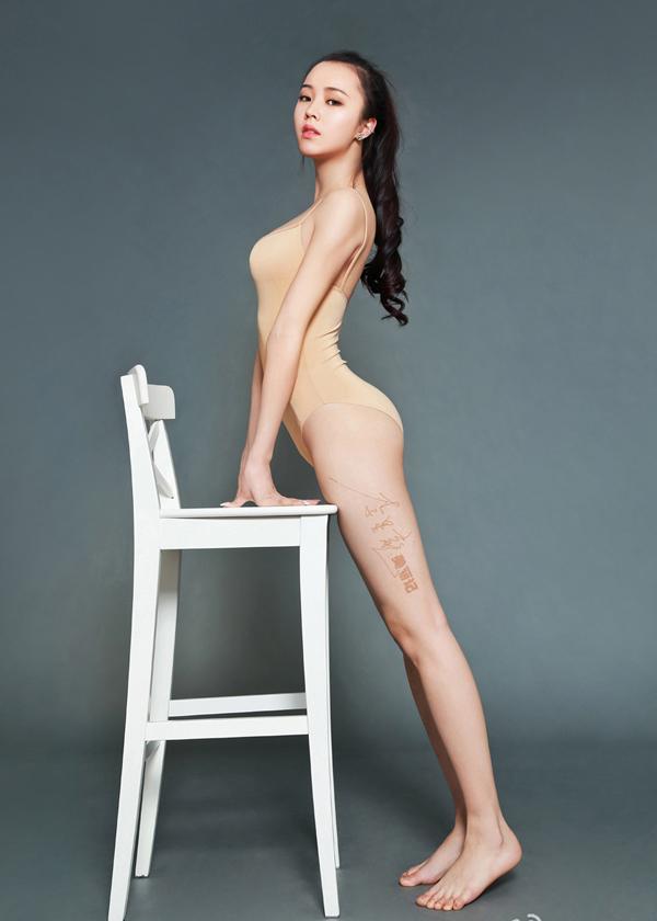 Nữ sinh xinh đẹp khoe dáng vóc thanh xuân tươi trẻ qua trang phục thể dục bó sát.