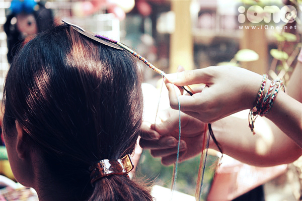 Bạn có thể chọn hình thức mua sợi chỉ màu để gắn vào tóc, hoặc nhờ các cô chủ xinh xắn trực tiếp tết chỉ lên tóc. Giá của một sợi chỉ có sẵn từ 20-50k, trong khi đó để tết tóc bằng chỉ thì giá nhỉnh hơn một tẹo, tuy nhiên bạn cũng sẽ để được lâu hơn, không phải tháo ra gắn vào nhiều lần.