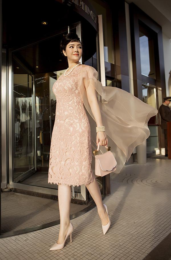 Màu hồng dịu dàng ở đôi giày Dior và túi xách Thale Blanc nhẹ nhàng giúp Lý Nhã Kỳ có vẻ tiểu thư, mềm mại.
