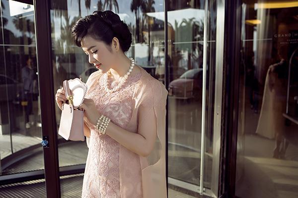 Lý Nhã Kỳ chọn cho mình một set đồ màu hồng phấn dịu dàng, nền nã mà hết sức sang trọng, giúp cô gây ấn tượng bởi sự thanh lịch, dịu dàng và càng trong veo hơn. Với set đồ này, Lý Nhã Kỳ kết hợp giữa đầm ren hồng tinh tế của thương hiệu Tadashi Shoji, khoác thêm áo choàng mỏng như ánh nắng mặt trời của Safiyaa.