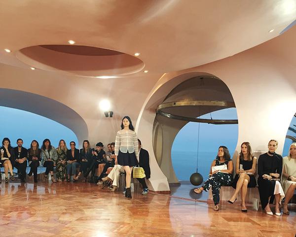 Show diễn của Dior được tổ chức trước khi LHP Cannes diễn ra, khách mời chủ yếu là các vị khách thượng lưu, khách hàng VIP của thương hiệu.