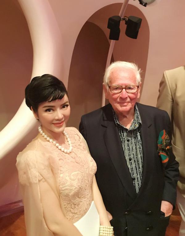 có cơ hội làm quen với những nhà thiết kế, ông chủ thời trang lừng danh tới tham dự show, như NTK của Pierre Cardin, các vị khách hàng thượng lưu đổ về từ khắp nơi trên thế giới.