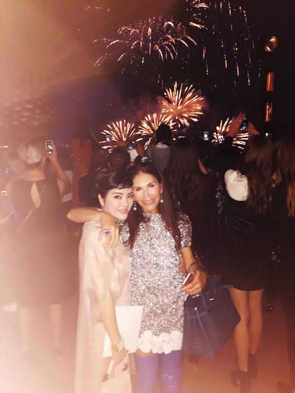 Tại show diễn, Lý Nhã Kỳ có dịp hội ngộ với nữ tỉ phú Trung Đông, Mouna Ayoub, bà là khách mời đặc biệt của show Dior và là người phụ nữ tất cả các thương hiệu thời trang lớn đều mơ ước được bà quan tâm đến.