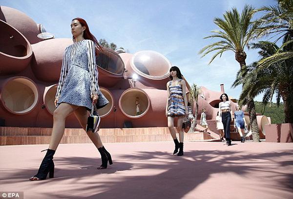 Show thời trang của Dior được diễn ra trên một đỉnh núi, trong một không gian như ốc đảo sang trọng và lạ mắt, theo đó các khách mời được ngồi theo dãy dài, mỗi nhóm có một khu vực riêng biệt đi theo những kiến trúc quanh co.