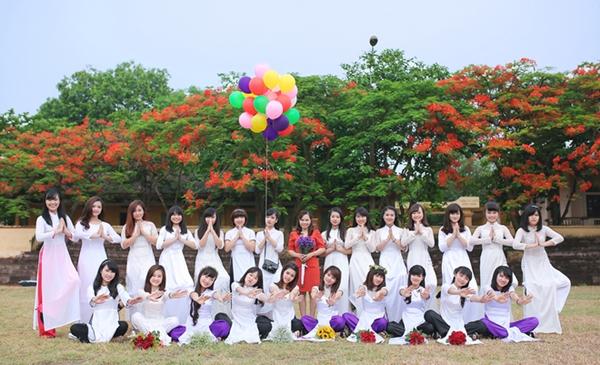 Lớp 12 Địa - THPT chuyên Hùng Vương (Phú Thọ) có 34 học sinh, trong đó nữ chiếm áp đảo với 24 bạn. Chủ nhiệm lớp là cô Trần Mỹ Hằng - giáo viên môn Địa lý - 31 tuổi.