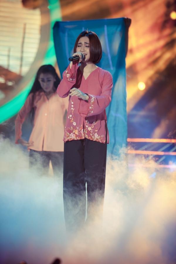 Nữ ca sĩ lựa chọn ca khúc Khúc hát sông quê để trình diễn. Đây làmột cakhúc trữ tình đòi hỏi chất giọng cao cùng cách xử lý ngọt ngào trong từng câu hát. Tuy nhiên,Hòa Minzytự tin thể hiện trọn vẹn bài hát và nhận được sự cổ vũ của khán giả.