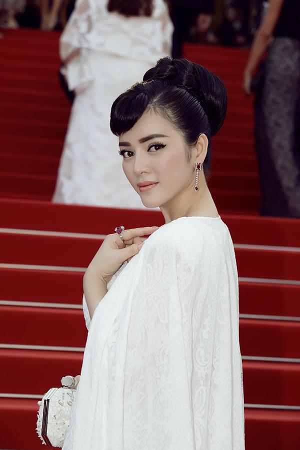Phong cách mà Lý Nhã Kỳ hướng đến trong lần xuất hiện này là sang trọng, ngây thơ như Audrey Hepburn. Là bà chủ tiệm kim cương nên cô không quên đầu tư bộ trang sứckim cương và ruby tinh tế, lộng lẫy của thương hiệu Paolo Piovan