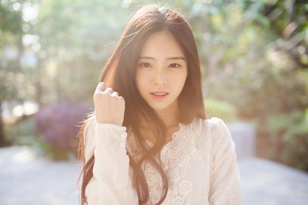 """Trình Hi Viên, sinh năm 1997, khiến đông đảo cộng đồng mạng Trung Quốc """"phát sốt""""   trước vẻ đẹp rạng ngời, trong sáng không thua """"hot girl trà sữa"""" Chương Trạch Thiên."""