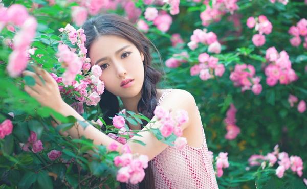 Dư Đình từng gây chú ý khi tham gia cuộc thi bình chọn hoa khôi trên mạng năm 2014 với   nhan sắc nổi bật.