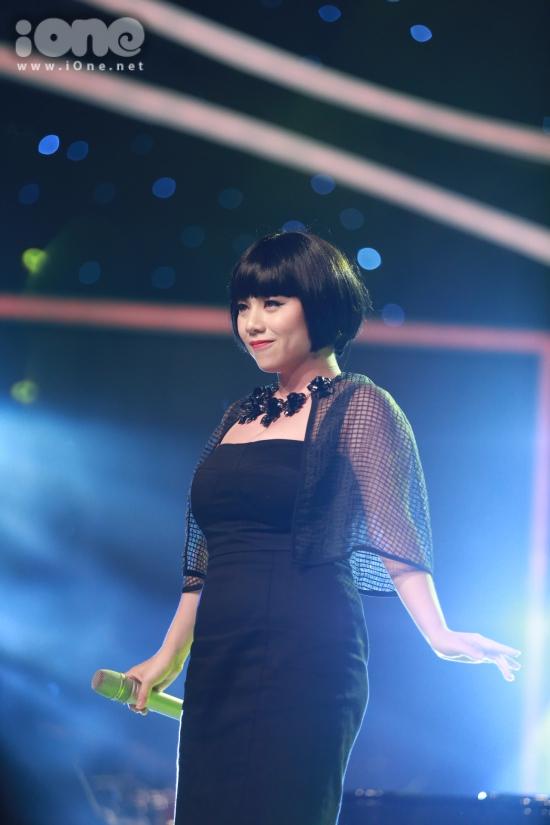 Vân Quỳnh thể hiện ca khúc Chandelier cùng khả năng đánh piano tốt. Chị cũng là thí sinh đầu tiên được ban giám khảo chọn đi tiếp.