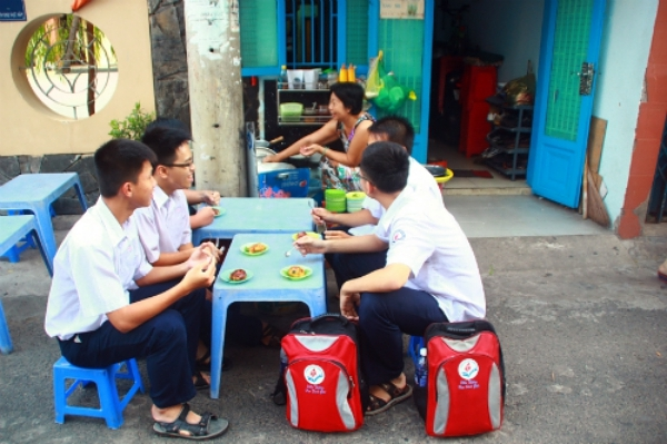 Nhóm học sinh trường Nguyễn Thượng Hiền thưởng thức món trứng vịt lộn chiên bột sốt mắm me. Xoay quanh bữa ăn vặt này là những câu chuyện rôm rả về lớp học, thầy cô, kỳ thi và nhiều điều khác.