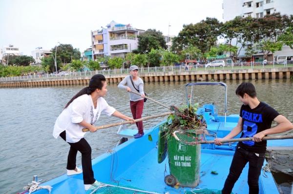 Võ Minh Lâm chia sẻ: Công việc này lần đầu tiên Lâm được làm luôn đó. Cảm giác sau khi dọn dẹp sạch sẽ thấy thích lắm luôn!