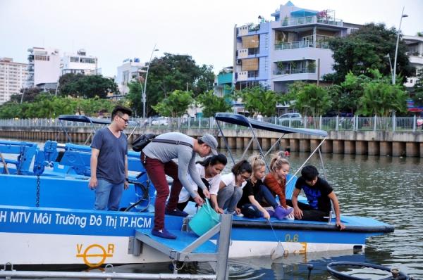 Hoàng Yến Chibi: Hy vọng chuyến đi của Yến và các anh chị sẽ một  phần nào đó nâng cao ý thức bảo vệ môi trường hơn. Dù chỉ dọn dẹp không góc sông thôi, bọn mình hy vọng mọi người sẽ cùng chung tay mang đến một con kênh xanh-sạch-đẹp nhé.