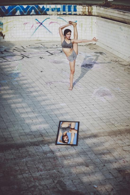 Hình ảnh do nhiếp ảnh gia Phục Nguyễn thực hiện, dựa trên ý tưởng của người quản lý Phương Trinh Jolie. Ekip đã khiến nữ ca sĩ rất tâm đắc và tự hào khi nhìn thấy thành phẩm.