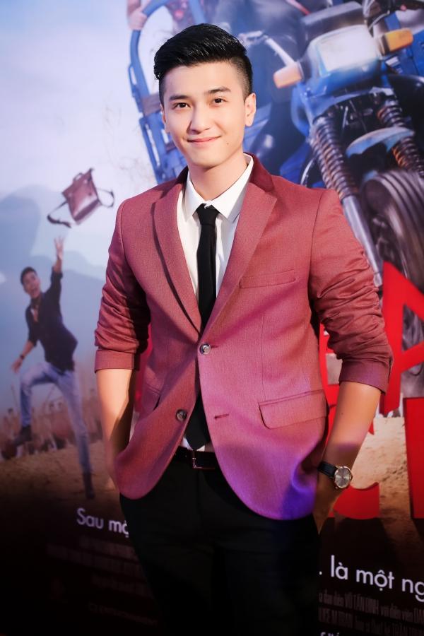 Dù đang bận quay phim mới tại Đà Lạt, Huỳnh Anh vẫn thu xếp về TPHCM để chung vui với người yêu. Anh chàng trông điển trai và lịch lãm trong bộ vest gam màu tím.