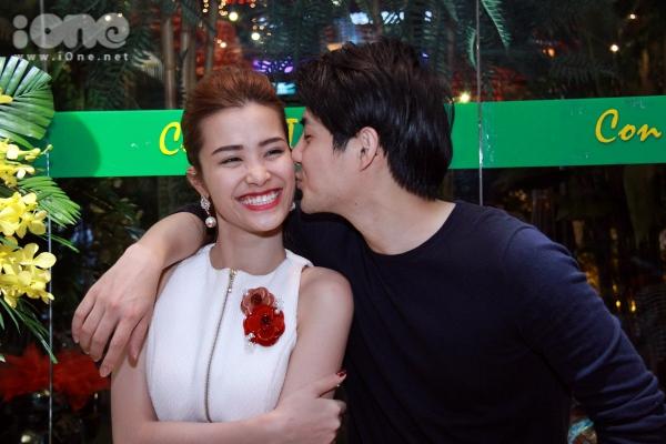 Cặp đôi đẹp nhất showbiz Việt tiếp tục thể hiện tình cảm mặn nồng dành cho nhau khi Ông Cao Thắng không ngần ngại dành nụ hôn hay đút thưc ăn cho bạn gái trước mặt mọi người...